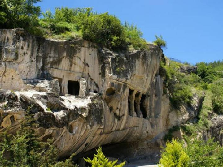 Ev Kaya Mezarları